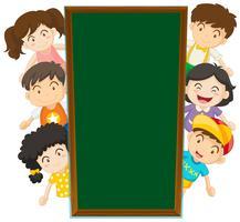 Modello di lavagna con bambini felici nella parte posteriore