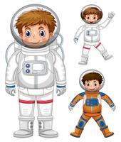 Tres niños disfrazados de astronauta.