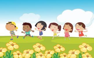 Muitas crianças correndo ao redor do parque