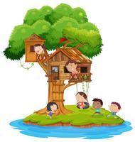 Glückliche Kinder, die im Baumhaus auf Insel spielen