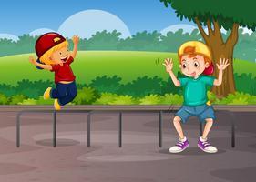 Dos niños jugando en la carretera