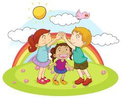 Tre barn spelar spel i parken