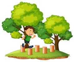Un garçon qui saute sur le bois