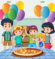 Kinder, die Pizza an der Party essen