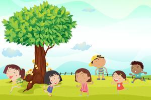 Sechs Kinder laufen im Park
