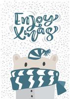 Weihnachtsskandinavische Grußkarte. Übergeben Sie gezogene Vektorillustration eines netten lustigen Winterbären im Schal und im Hut. Genießen Sie Weihnachtskalligraphie-Beschriftungstext. Isolierte Objekte