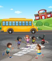 Campus escolar con alumnos jugando en el campo.