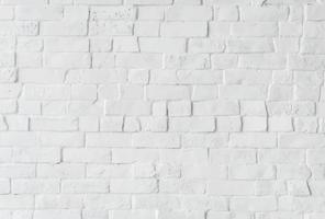 Vit tegelvägg med designutrymme