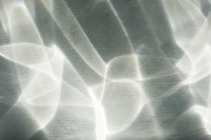 Abstrakt ljusreflektion på väggen