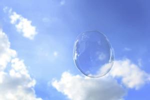 Céu azul nublado com uma bolha