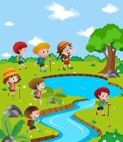 Crianças caminhando até o rio