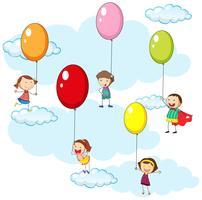 Niños y globos de colores en el cielo.