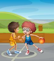 Två pojkar spelar basket på domstolen
