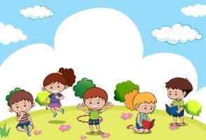 Cena com muitas crianças fazendo atividades diferentes