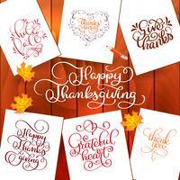 Satz Hand gezeichnete Erntedankfesttexte. Feierzitate Happy Thanksgiving, Hallo Fale, Dank, Herzlichen Dank, Danke. Vector Weinleseartkalligraphie Beschriftung mit Blättern auf hölzernem Hintergrund