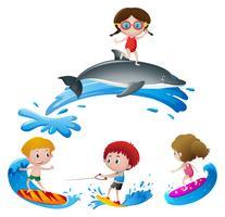 Kinder, die im Ozean surfen