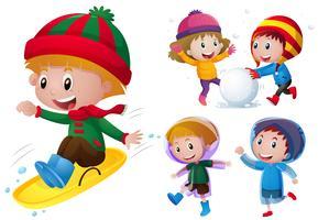 Kinderen spelen met sneeuw en regen