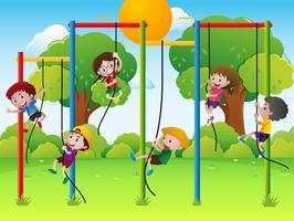 Muitas crianças subindo corda no recreio