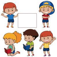 Enfants heureux et papier blanc