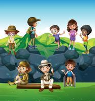 Crianças caminhando e acampando no campo