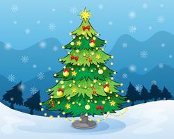 Een kerstboom midden in het besneeuwde land