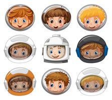 Kinder, die Astronautensturzhelme auf weißem Hintergrund tragen