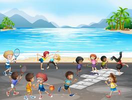 Niños practicando diferentes tipos de deportes junto al mar.