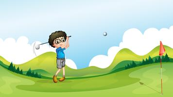Ein Junge, der Golf am Feld spielt