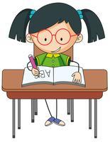 En tjej som studerar på skrivbordet