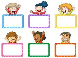 Niños felices y pizarras blancas.