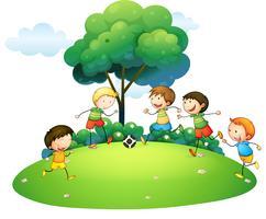 Barn spelar fotboll i parken