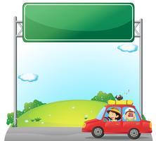 Um carro dirigido por uma mulher perto de uma sinalização vazia