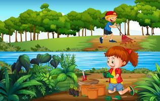 Ragazzo e ragazza di giardinaggio nella foresta