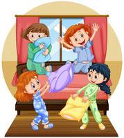 Cuatro niñas jugando almohada en dormitorio