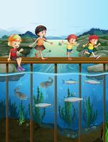 Niños caminando en el puente