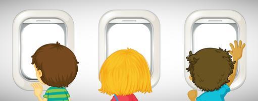 Drei Kinder, die heraus Flugzeugfenster schauen