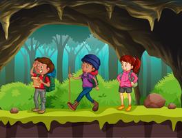 Persone che fanno escursioni nella grotta