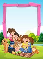 Modello di confine con la famiglia che ha picnic nel parco