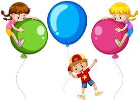 Tres niños con globos grandes.