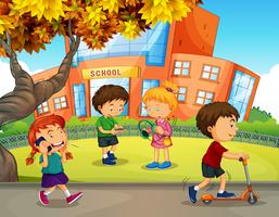Alunos brincam no pátio da escola