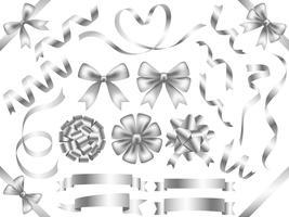 Conjunto de cintas de plata surtidas aisladas sobre fondo blanco
