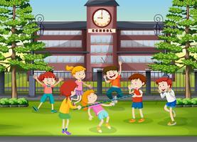 Muitas crianças brincando no chão da escola