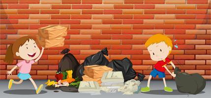 Twee kinderen gooien afval op straat