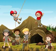 Bambini accampati dalla grotta