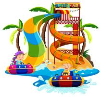Pojke och tjej som spelar vattenrutschbana