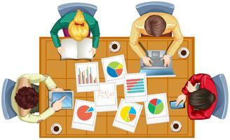 Uppifrån av personer som arbetar i team