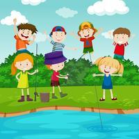 Bambini felici che pescano nel parco