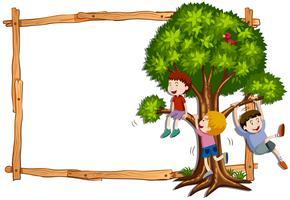 Rammall med barn som klättrar på trädet