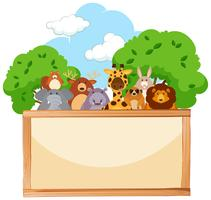 Träbräda med söta djur i bakgrunden