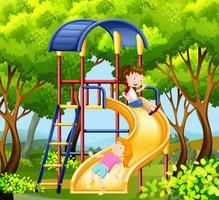 Dos chicas en el tobogán en el parque